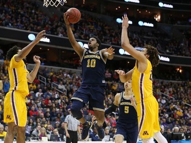 Michigan Guard Derrick Walton Jr. (10) Get by 2 Minnesota Defenders for the Basket.